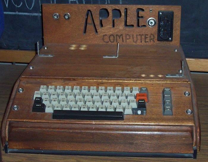 史蒂夫·沃兹尼亚克(Steve Wozniak)设计的 Apple I 电脑