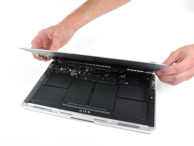 打开11寸苹果 Macbook Air笔记本电脑的底盖