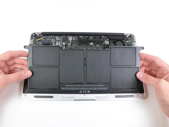 取出11寸苹果 Macbook Air笔记本电脑电池模块