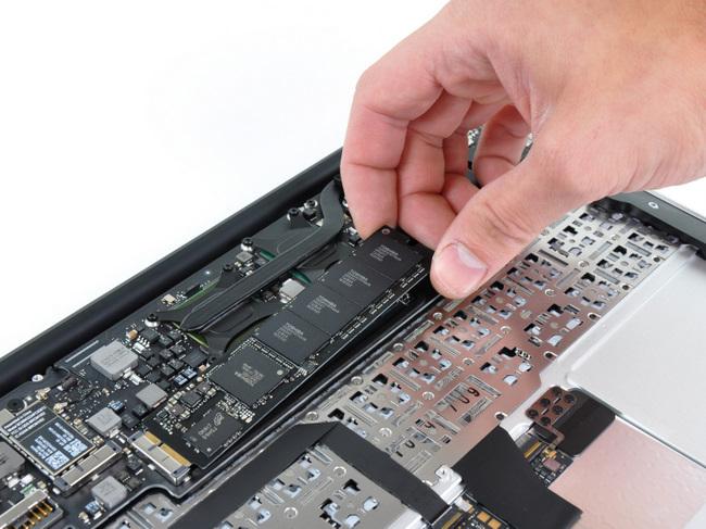 拆下11寸苹果 Macbook Air笔记本电脑的硬盘