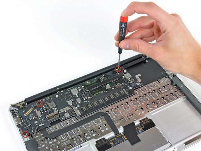 11寸苹果 Macbook Air笔记本电脑的主板固定螺丝