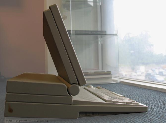 第一台苹果笔记本电脑:Macintosh Portable 的侧面照片