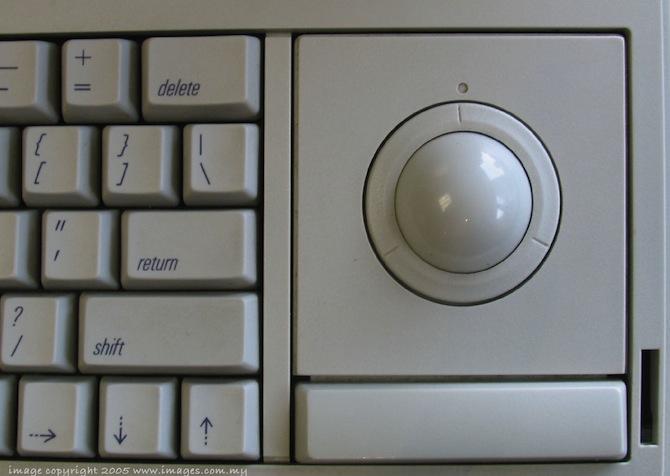 Macintosh Portable 的轨迹球特写照片